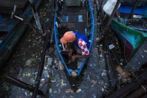 De Indonesische hoofdstad Jakarta zinkt weg, waardoor miljoenen inwoners worden bedreigd. Verwacht wordt dat de stad tussen de 20-30 jaar voor ŽŽn derde onder water zal staan. Zware regenval is een dreigende factor maar ook hoge rivierwaterstanden door water afkomstig uit de achterliggende bergen en overstromingen ten gevolgen van obstructie en vervuiling van de waterwegen. Momenteel, vertrouwt de stad op de bescherming van een 40 jaar oude zeewal die moet voorkomen dat de Java zee de hoofdstad onder water zet.   De baai van Jakarta is zwaar vervuild. De toekomst voor de visser is onzeker.